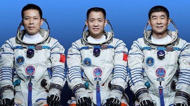 Китай запустив космічний корабель із трьома астронавтами на борту